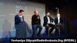 Директор кінофестивалю «Молодість» Андрій Халпахчі (у центрі), Київ, 10 вересня 2015 року