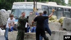 Украина -- Орусиячыл жикчилер орнотуп алган тосмо. Донецк, 4-июнь, 2014
