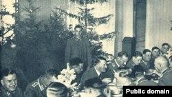 Адольф Гитлер встречает Рождество с солдатами.
