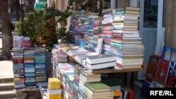 Az da olsa satılan kitablar əsasən ali və orta məktəblər üçün dərsliklərdir
