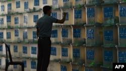 Кутии со гласачките ливчиња од изборите во Авганистан.