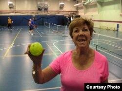 Джеки Дель Негро объясняет, что этот мяч гораздо легче теннисного