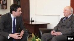 Архивска фотографија: Министерот за надворешни работи Никола Попоски и посредникот на ОН Метју Нимиц на средба во Скопје на 20 февруари 2012 година.