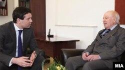 Министерот за надворешни работи Никола Попоски и посредникот на ОН Метју Нимиц на средба во Скопје, февруари, 2012