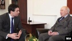 Министерот за надворешни работи Никола Попоски и посредникот на ОН Метју Нимиц на средба во Скопје - 20 февруари 2012.