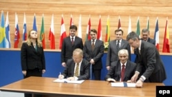 Parafiranje Sporazuma o Stabilizaciji i pridruživanju BiH i EU, Nikola Špirić tadašnji premijer i evropski komesar Oli Ren, Sarajevo, decembar 1997.