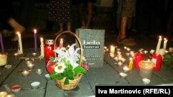 Sveće i cveće na protestu u Beogradu