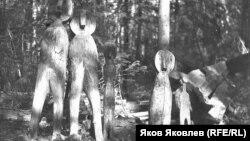 Святилище селькупов: культовый амбарчик и изображения духов-покровителей. 1938 или 1940 г. Фото: И.С. Фатеев