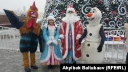 Новогодние персонажи на Центральной площади в Бишкеке.
