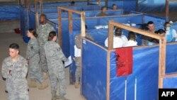 АҚШ сарбаздары медициналық қызметтерге Эболадан сақтану шарасын үйретіп жатыр. Либерия, 7 қараша 2014 жыл.