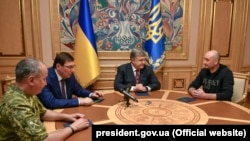 Президент Украины Петр Порошенко (второй справа) принимает журналиста Аркадия бабченко (справа), главу СБУ Василия Грицака (слева) и генерального прокурора Юрия Луценко. Киев, 30 мая 2018 года.