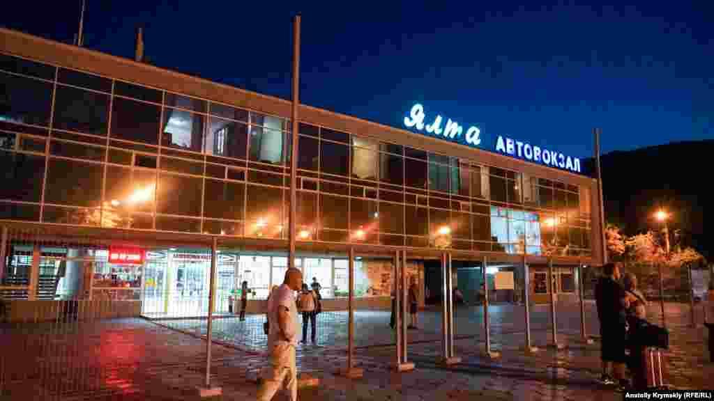 Пассажиры вечерних рейсов на Ялтинском автовокзале