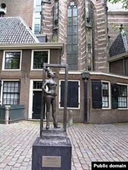 """Статуя проститутки в красном квартале Амстердама с надписью """"Уважайте секс-работников!"""""""