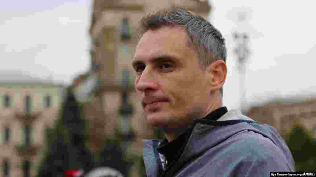 Украинский активист из СевастополяИгорь Мовенко, осужденный по обвинению в экстремизме, также пришел поздравить Дудку с днем рождения