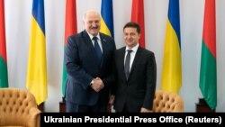 Президент Беларуси Александр Лукашенко (слева) и президент Украины Владимир Зеленский на встрече в Житомире в октябре 2019 года.
