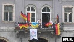 На балконі вболівальники вивісили прапори Німеччини та України