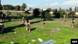 """مسلحون من تنظيم """"داعش"""" يتدربون في حديقة بمدينة الموصل"""