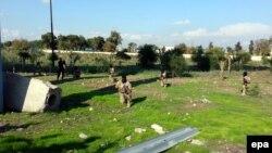 Борци на Исламската држава учествуваат на воена вежба во Мосул.