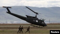 Грузияда бірлескен әскери жаттығуға қатысып жатқан АҚШ әскерилері. Наурыз 2013 жыл. (Көрнекі сурет).