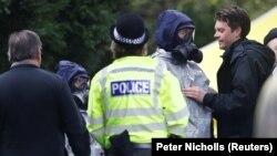 Члени екстреної служби в захисних костюмах працюють на місці могили Людмили Скрипаль, дружини колишнього офіцера російської розвідки Сергія Скрипаля, Солсбері, Великобританія