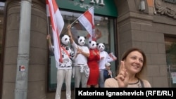 Демонстранты в Минске в масках панд