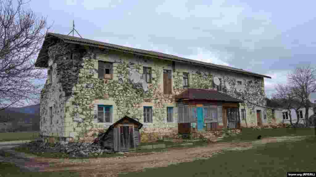 Yalıñız evelki VİTİM kontorasınıñ sekiz qatlı yaşayış binasına çevirilgen yerli tufadan yapılğan yıqılıp turğan bina o devirni hatırlata. Bugünde anda eki qoranta yaşay