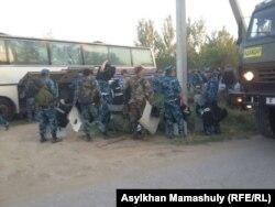 Ералиев ауылдық округі аумағында тәртіп сақтауға жұмылдырылған полиция қызметкерлері. Оңтүстік Қазақстан облысы Мақтарал ауданы, 2 тамыз 2016 жыл.