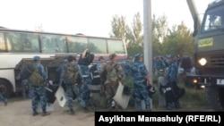 Полицейские и военные в сельском округе имени Ералиева в Южно-Казахстанской области, где произошли столкновения между местными жителями.