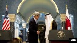 Kryeministri i Katarit, Sheik Hamad Bin Jassem Al Thani, në takim me sekretarin amerikan të shtetit, John Kerry - foto arkivi.
