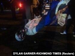 Statuja e Jefferson Davis është spërkatur me ngjyrë, përpara se të rrëzohej. Virxhinia, 10 qershor, 2020.