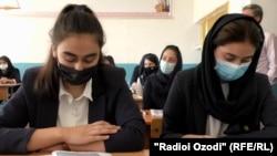 Занятие в школе для детей афганских беженцев в Душанбе
