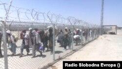 Бегалци од Авганистан на границата со Пакистан.