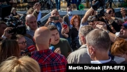Премьер-министр Чехии Андрей Бабиш (справа спереди, спиной на камеру) противостоит своему сыну Андрею Бабишу — младшему (справа в зеленой футболке) после начала кампании по всеобщим выборам в Усти-над-Лабем, 2 сентября 2021 года