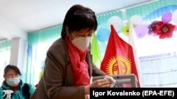 Бішкек маңындағы Беш-Кунгей ауылында сайлау комиссиясы дауыс беру жәшіктерін тексеріп жатыр. 2 қазан 2020 жыл.