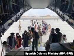Kabul: militari spanioli ajută la evacuare celor care vor să plece din Afganistan după venirea la putere a talibanilor, aeroportul din Kabul, 18 august 2021.
