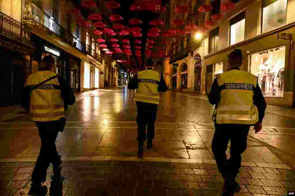 По улиците останаха служителите на реда, които следят за спазването на противоепидемичните мерки.