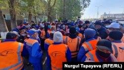 Рабочие компании «Астана Тазалык» требуют повышения зарплат. Нур-Султан, 11 мая 2021 года.