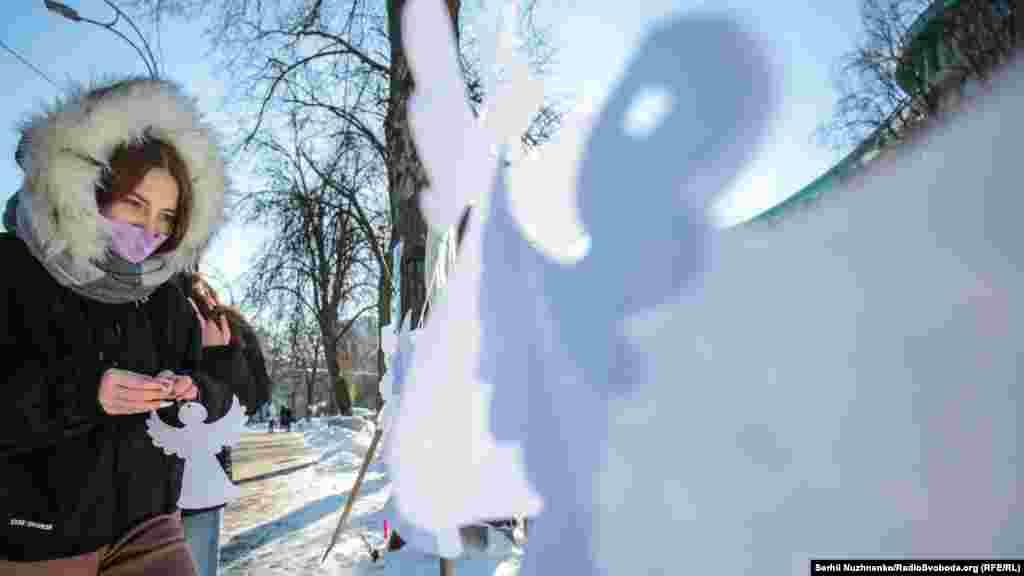 Діти й активісти на алеї Небесної Сотні розвісили білих ангелів, щоб ушанувати пам'ять загиблих за Україну героїв