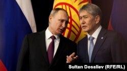 Президенты России и Кыргызстана Владимир Путин и Алмазбек Атамбаев. Архивное фото.