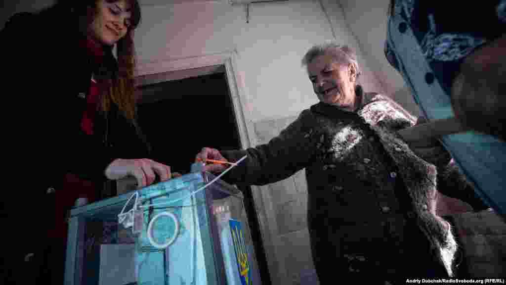 Люди охоче голосують. Більшість з місцевих мешканців очікують від наступного президента України встановлення миру на Донбасі.