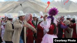 Актоо кыргыздарынын өлөң бийи, 2002-жыл