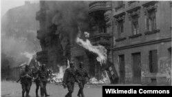 Солдаты ваффен-СС в Варшавском гетто во время восстания, май 1943 года