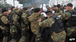 Մակեդոնիա - Ոստիկանները փախստականներին թույլ չեն տալիս հատել Հունաստանի հետ երկրի սահմանը, 20-ը նոյեմբերի, 2015թ․