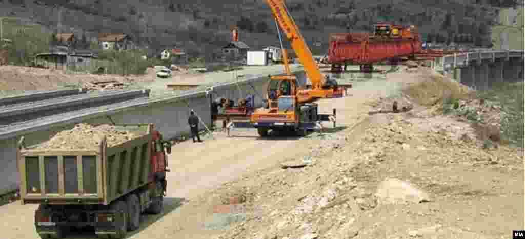 МАКЕДОНИЈА - Загина градежен работник на автопатот Штип-Миладиновци, кај клучката на штипското село Криви Дол, соопштија од СВР Штип. Оттаму велат дека работникот околу пладне бил прегазен од машина за изградба на делницата.