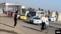 """مسلح من تنظيم """"داعش"""" في شارع بالموصل"""