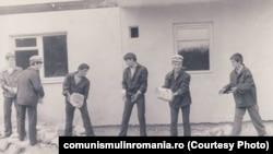 Muncă patriotică într-un șantier din Cisnădie, 1983. Sursa:comunismulinromania.ro (MNIR)