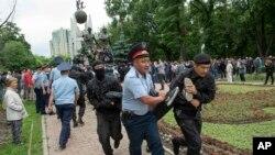 Полицейские проводят массовые задержания на антиправительственной акции в день досрочных президентских выборов. Алматы, 9 июня 2019 года.