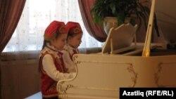Иң нәни башкаручылар - Динара Муслимова һәм Алисә Галимова