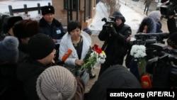 Астана қаласында тілшілер Франция елшілігіне барып, Парижде оққа ұшқан журналистердің қазасына ортақтасып, гүл шоқтарын қойды. Астана, 8 қаңтар 2015 жыл.