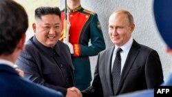 Солтүстік Корея лидері Ким Чен Ын мен Ресей президенті Владимир Путин (оң жақта). Владивосток, 25 сәуір 2019 жыл.